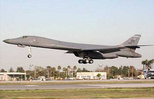 B-1B arrivs at LGB Jan 2/06