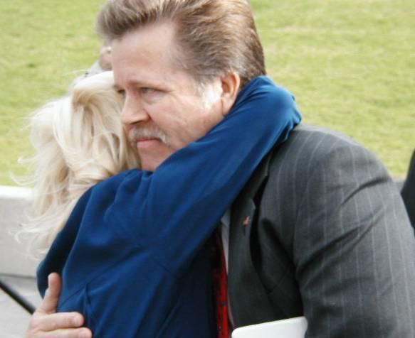 Kell collegial hug for Shultz